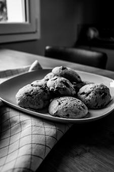 Поднос шоколадного печенья