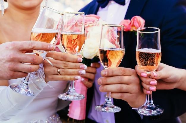 シャンパンで満たされたカラフルなグラスのトレイ