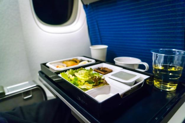 Лоток для пищи на самолете.