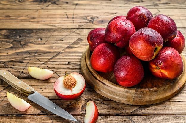Поднос свежих фруктов красных нектаринов