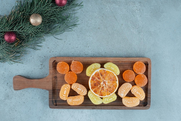 マーマレードのトレイと大理石のガーランドのラインの横にある乾燥オレンジのスライス。