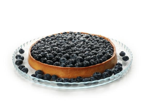 Поднос с черничным пирогом, изолированные на белом столе