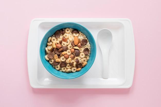 Vassoio con cereali e latte