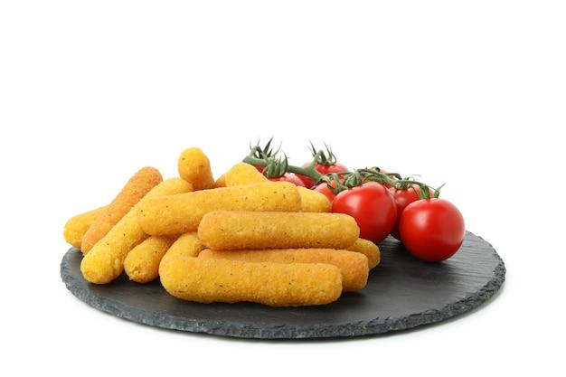 Поднос с сырными палочками и помидорами, изолированные на белом фоне