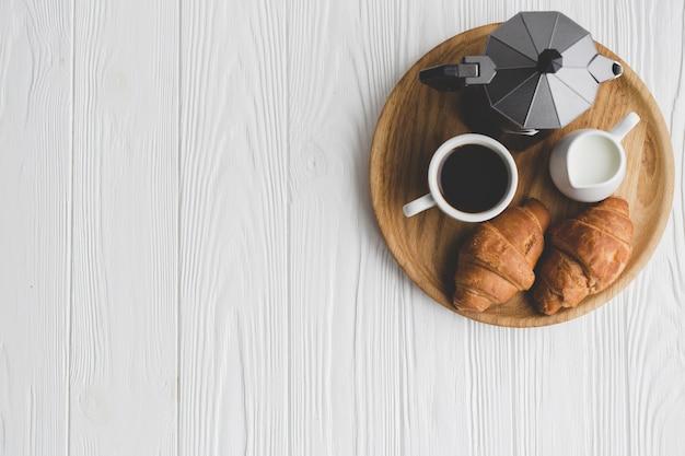 Лоток с кофе и круассанами Бесплатные Фотографии