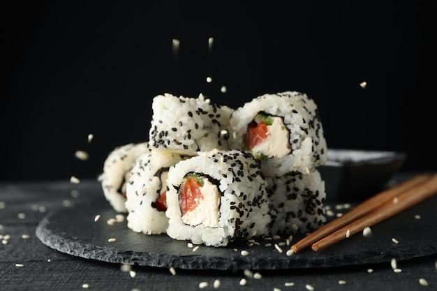Лоток с вкусные суши роллы, закройте. японская еда