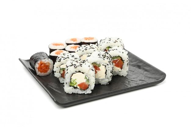 Поднос с аппетитными суши роллами изолирован