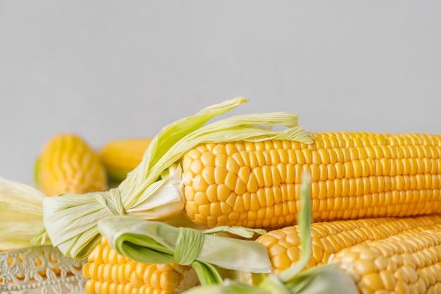 新鮮なトウモロコシの穂軸をテーブルに置いたトレイ