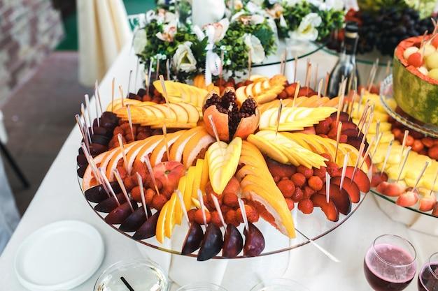Лоток со свежими фруктами
