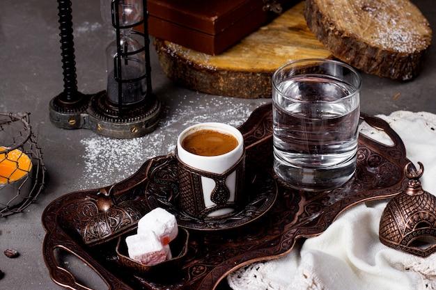 뜨거운 터키 식 커피 물과 lokum 트레이