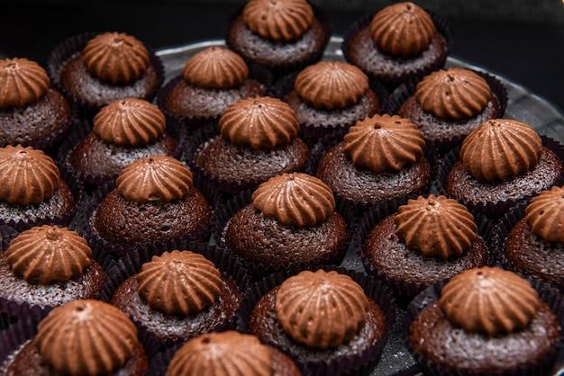 장식이있는 작은 초콜릿 케이크 트레이