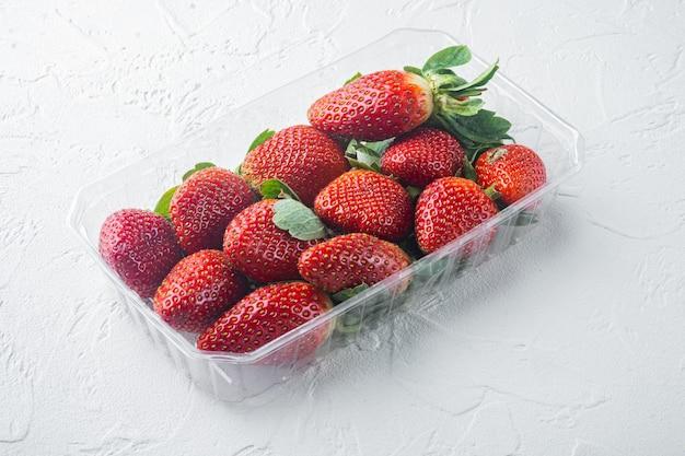 흰색 바탕에 딸기 트레이