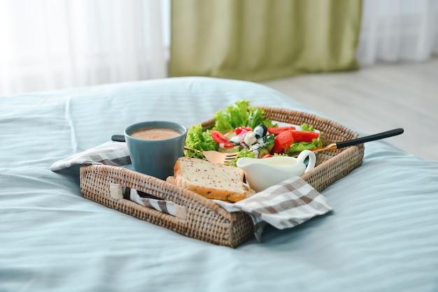 침대에서 맛있는 아침 식사와 트레이