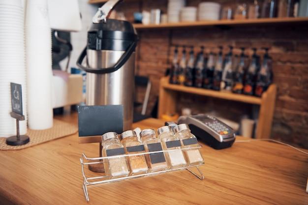 Поднос с различными специями в кофейне