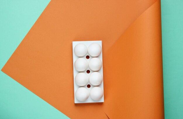 着色された白い鶏の卵とトレイ