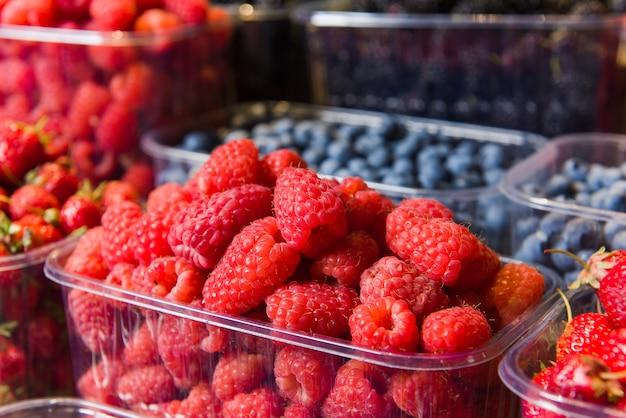 Подносы свежих ягод на дисплее на местном рынке.