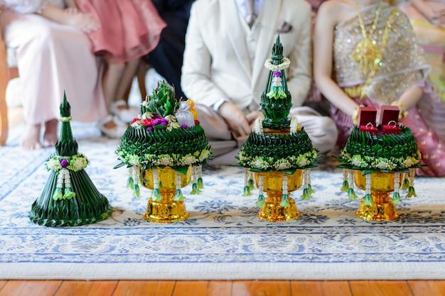 新郎から新婦の家族への贈り物のトレイ、カーンマク行列タイの結婚式の婚約