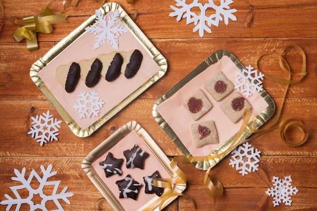 Подносы с вкусным печеньем на столе