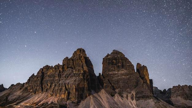 イタリア、ドロミテの夜のトレ・チーメ・ディ・ラヴァレド