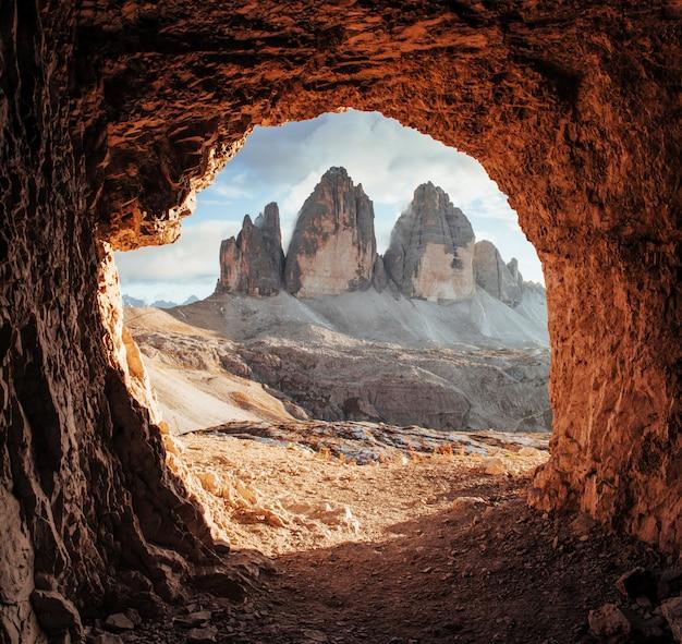 Величественный tre cime горы из трех вершин. великолепное фото в солнечный день. декорации итальянских пейзажей