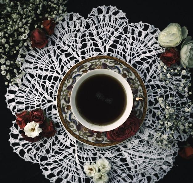 Чашка trea с горячей внутренней отделкой сверху на белой ткани и темном полу
