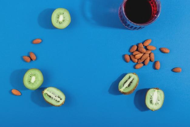 健康的な睡眠食品アーモンド、チェリージュース、キウイで不眠症を治療する