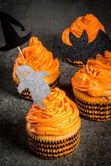 ハロウィーンの面白い子供の御treat走のシンプルなアイデア:休日のシンボルの形で装飾とクリームとカボチャのケーキ