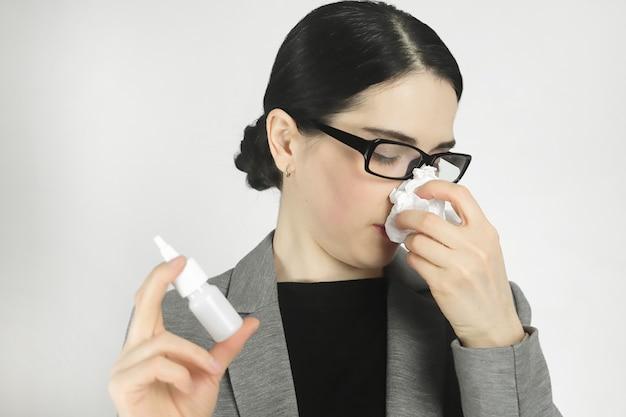 비강 스프레이로 알레르기 치료하기.