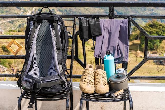 트레킹 또는 하이킹 장비 - 백팩, 부츠, 양말, 바지, 접이식 칼, 물 플라스크, 주전자 냄비 및 손전등. 야외 활동 개념입니다. 정물을 닫습니다.