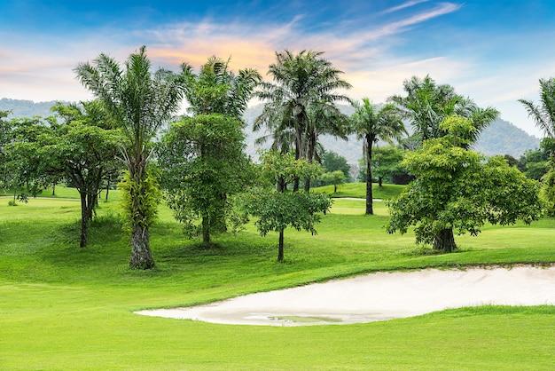 Бункер из дерева и песка на поле для гольфа