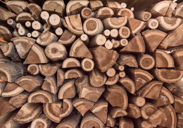 木。積み重ねられた木の丸太の背景。冬の薪の準備。テクスチャ。