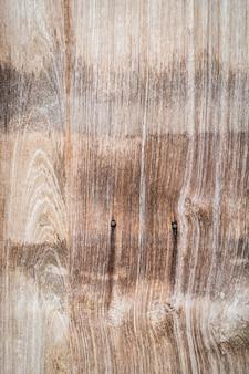 Nodo albero su una tavola di legno verticale