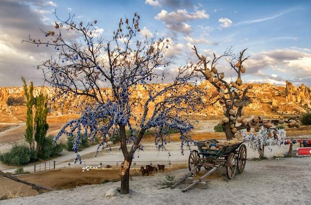 Дерево желаний с глиняными горшками в каппадокии. провинция невшехир, каппадокия, турция