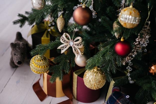 白い背景の上のクリスマスツリーの木の装飾品