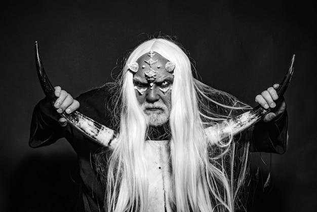 Дух дерева и концепция фэнтези. человек-волшебник с фантастическим макияжем на лице демона. монстр.