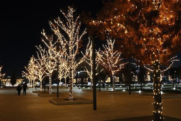 Елка со светящимися огнями, новогодний фон, рождество