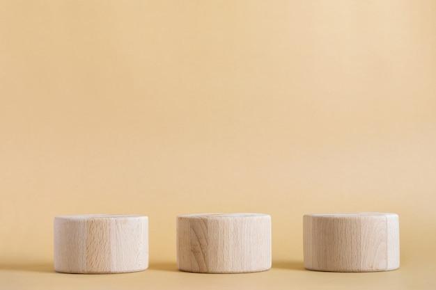 ベージュの木の木製の丸い円筒形