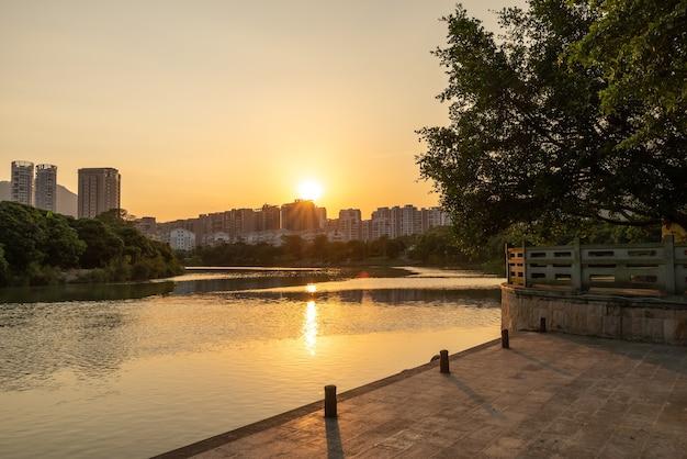 日没時の公園の木々や川