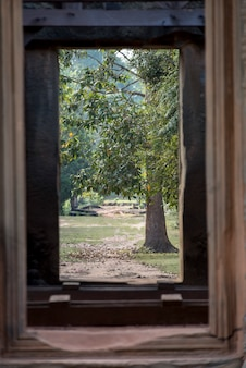 Деревья, увиденные из окна индуистского храма в стиле ангкор-ват, бантей-самре, сием-рип, камбод
