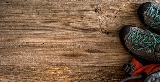 Треккинговая обувь на деревянном фоне с копией пространства, вид сверху