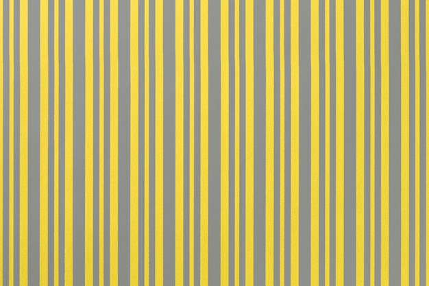 2021 년 트렌드 컬러 일루미네이션 옐로우와 얼티미트 그레이. 스트라이프 패턴으로 포장지에서 중립 회색과 황금색 배경.