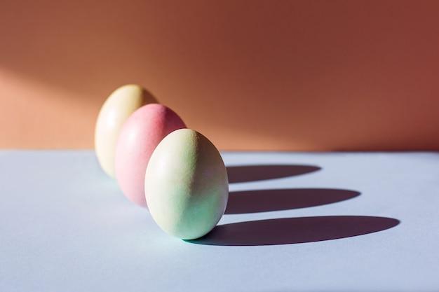 오렌지와 파란색 배경에 트렌드 파스텔 다채로운 부활절 달걀 텍스트 복사 공간