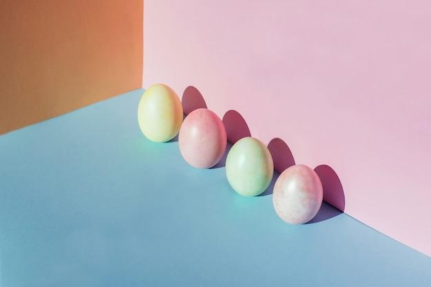 분홍색과 파란색 배경에 트렌드 파스텔 다채로운 부활절 달걀 텍스트 복사 공간
