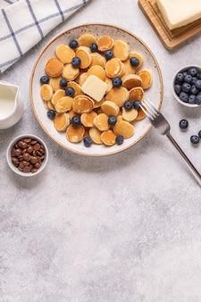 미니 팬케이크와 블루 베리, 평면도와 함께 트렌디 한 아침 식사.