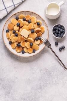 ミニパンケーキとブルーベリー、トップビューのトレンディな朝食。