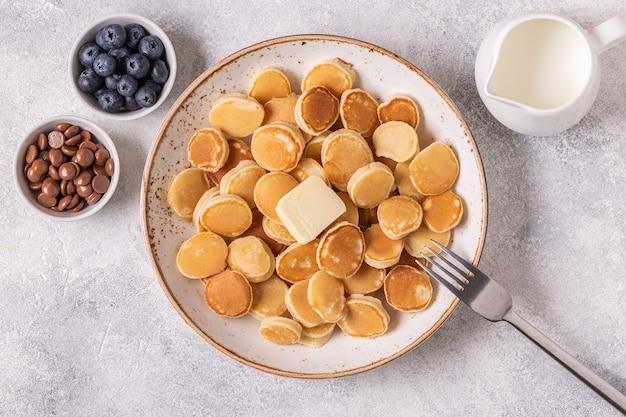 ミニパンケーキとバター、トップビューのトレンディな朝食。