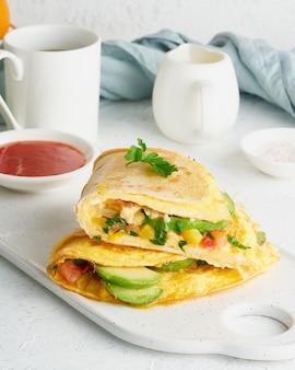 케사 디야와 계란이 들어간 트렌디 한 아침 식사, 오믈렛, 치즈가 들어간 트렌디 한 음식