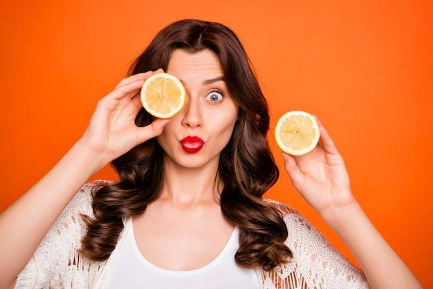 당신에게 키스하는 레몬 뒤에 그녀의 눈을 숨기고 유행 쾌활한 긍정적 인 좋은 매력적인 예쁜 여자.