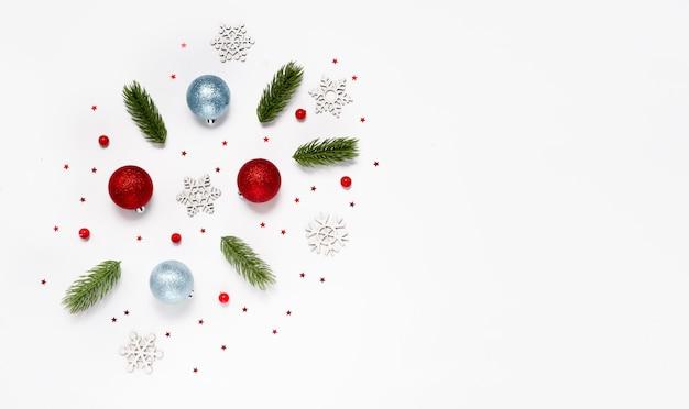 추상적 인 배경에 겨울과 새 해 장난감으로 트렌디 한 크리스마스 패턴입니다.
