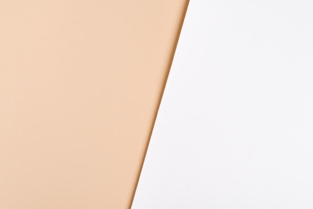유행 이중 톤 흰색 베이지 색 종이 배경. 제품 발표를위한 자리 표시 자 모형. 미니멀리스트 스타일